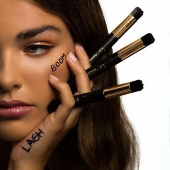 Choose clean beauty- because girl, you're too pretty to poison.   Die Wimpern schützen die Augen. Zwischen dem Augenlid und den künstlichen Wimpern sammeln sich Staub- und Make-up-Rückstände.  Deshalb sollte Shampoo Dein #MUSTHAVE für die Wimpernpflege zu Hause sein.  Die Kombination aus speziellen Lash Shampoos und einem Waschpinsel ist absolut wichtig für eine gründliche Reinigung der Lash Extensions.  It's clean o'clock 🛁  #lashesibiza #cleanlashes #lashshampoo #lashwash #lashbabe #lashlover #lashes #crueltyfree #noanimalsharmed #nylonbrush